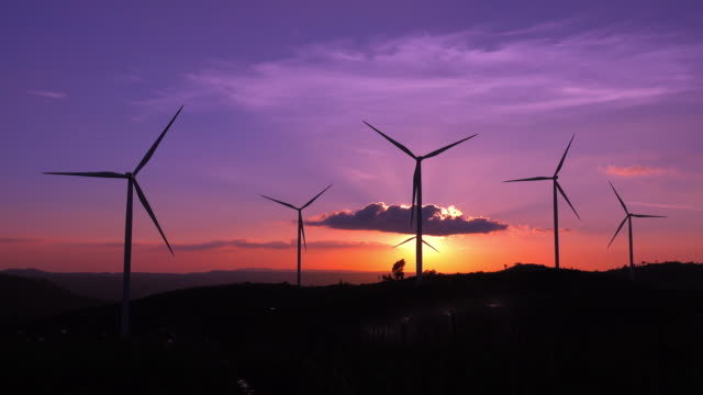 vidéos et rushes de ferme de turbines à vent de silhouette au coucher du soleil - composant électrique