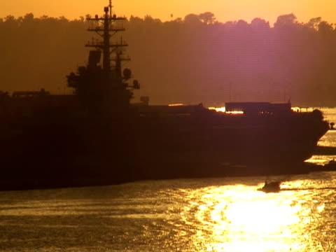 umrisse pässe navy flugzeugträger-terrasse bei sonnenuntergang - flugzeugträger stock-videos und b-roll-filmmaterial