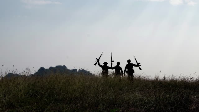 vídeos y material grabado en eventos de stock de silhouette.military en el campo - brazo humano