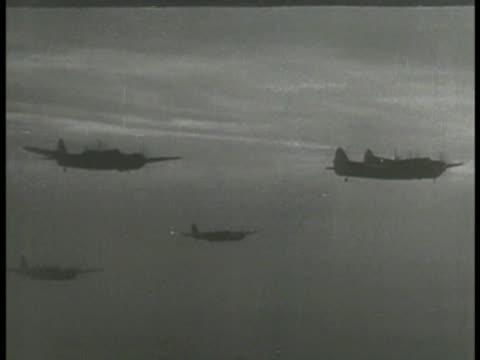 vídeos de stock, filmes e b-roll de aerial silhouettes of allied airplane military bombers in flight moving allied aircraft air raids strikes wwii world war ii - forças aliadas