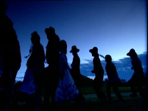 stockvideo's en b-roll-footage met silhouettes of choctaw indians undertaking dance to bring earth spirit closer to sky spirit st louis - noord amerikaanse volksstammen