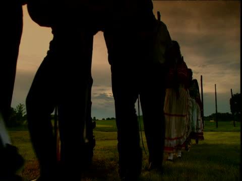 stockvideo's en b-roll-footage met silhouettes of choctaw indians undertaking snake dance at sunrise cahokian tribal site st louis - noord amerikaanse volksstammen