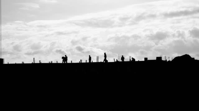 建設労働者の黒と白のシルエット - ハイコントラスト点の映像素材/bロール