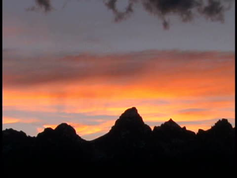 ms, silhouettes of mountain peaks against moody sky at sunset, grand teton national park, wyoming, usa - parco nazionale del grand teton video stock e b–roll