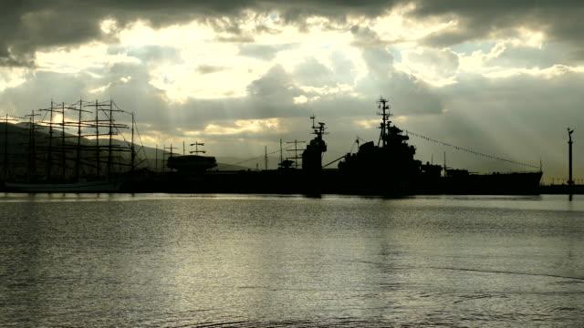 silhouettes de vieux navires à la jetée sur le fond de l'aube