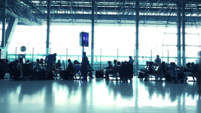 Silhouetten des Passagiers im Flughafen.