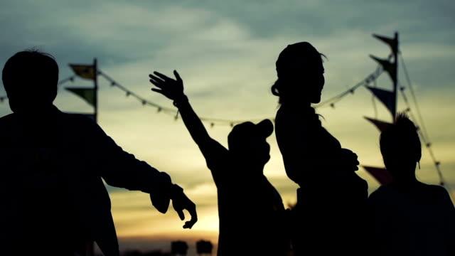 祭りで踊る人々 のシルエット - お祭り好き点の映像素材/bロール