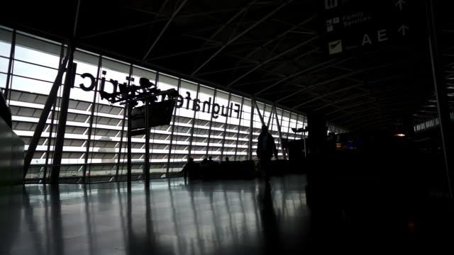 vídeos de stock, filmes e b-roll de silhouettes of people in zurich airport - locais geográficos