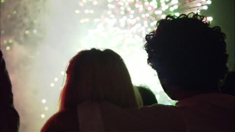 vídeos y material grabado en eventos de stock de cu silhouettes of people looking at fireworks, sydney, new south wales, australia - fuegos artificiales