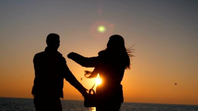 夕暮れ時のロマンチックなカップルは会議のシルエット - 輪郭点の映像素材/bロール
