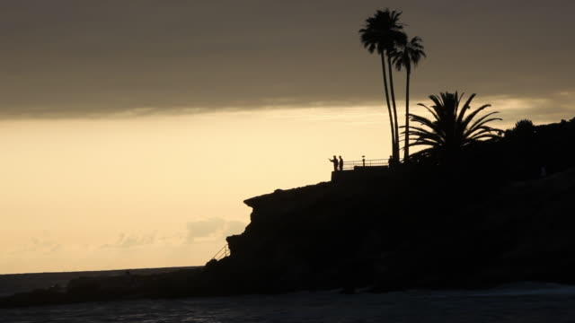 ws silhouettes of tourists in observation point overlooking sea, laguna beach, california, usa - laguna beach california stock videos & royalty-free footage