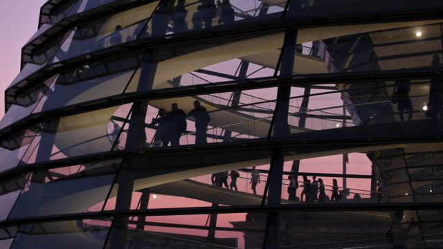 ms la silhouettes of tourists in reichstag dome at dusk, berlin, germany - cupola video stock e b–roll
