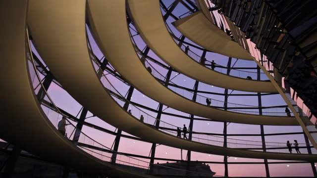 vídeos de stock, filmes e b-roll de ms la silhouettes of tourists in reichstag dome at dusk, berlin, germany - energy efficient