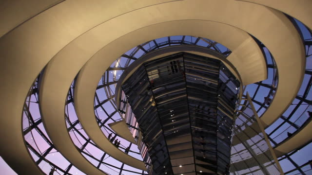 ms la pan silhouettes of tourists in reichstag dome at dusk, berlin, germany - cupola video stock e b–roll