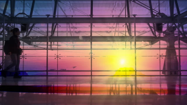 silhouetten passagier zu fuß den flughafen. airline-reisekonzept. - flugpassagier stock-videos und b-roll-filmmaterial