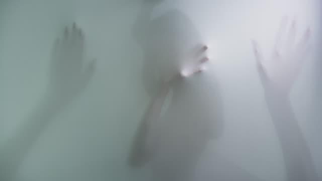 stockvideo's en b-roll-footage met silhouetten tegen textiel gedrukt - doorschijnend