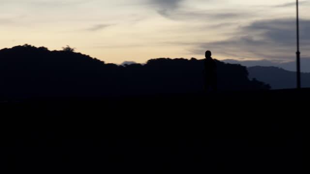 vidéos et rushes de silhouettes de personnes en cours d'exécution - concurrent