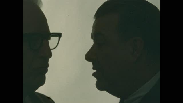 vidéos et rushes de silhouettes two older men conferring - seulement des hommes