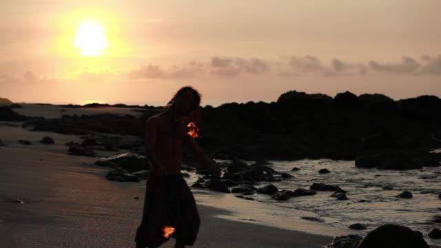 stockvideo's en b-roll-footage met ms silhuoette of rasta man spinning fire on beach with sunrise  / montezuma, punteranes, costa rica - kelly mason videos