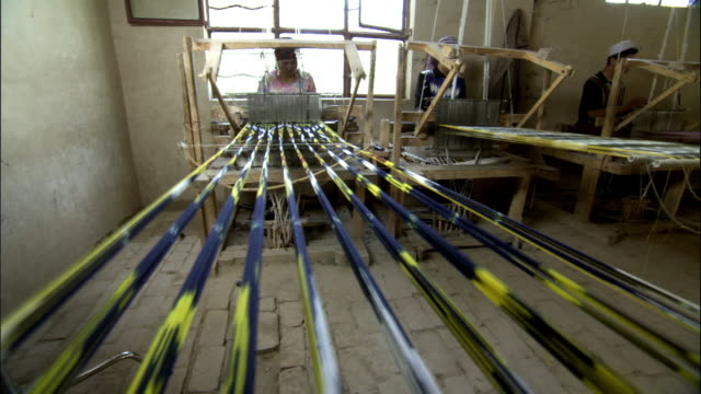 vidéos et rushes de silk being woven on looms, hetian, xinjiang province, china - tisser