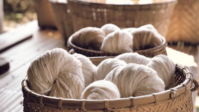 vidéos et rushes de processus de production de soie - produit bio