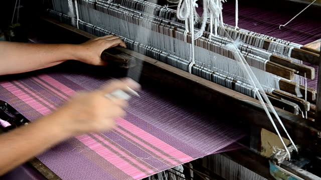 stockvideo's en b-roll-footage met silk weaving, handlooms. - weven