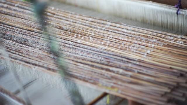 シルク織機、ランナー伝統。 - 製造工場点の映像素材/bロール