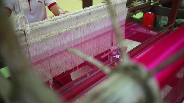vídeos y material grabado en eventos de stock de tejer de seda - tejido partes del cuerpo
