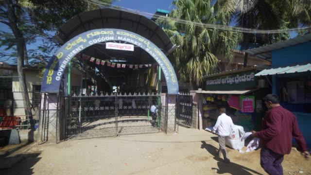 silkworm cocoon market entrance at ramanagara, bangalore. dolly shot / steadicam - indischer subkontinent abstammung stock-videos und b-roll-filmmaterial