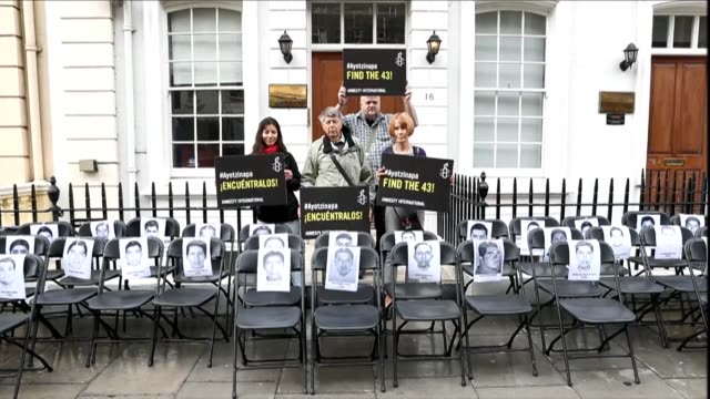 sillas vacias fueron colocadas el lunes frente a la embajada de mexico en londres para exigir justicia en el caso de los 43 estudiantes desaparecidos... - la city de londres stock videos and b-roll footage
