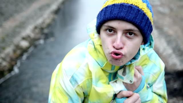 vidéos et rushes de des visages stupides - langue humaine