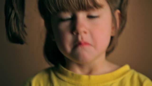 lustige kleine mädchen - haarzopf stock-videos und b-roll-filmmaterial