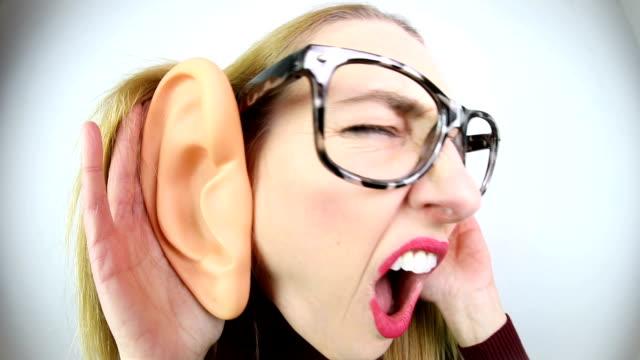 vídeos y material grabado en eventos de stock de mujer tonta con grandes orejas - oreja