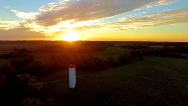 vídeos de stock, filmes e b-roll de silo on farm at sunset - as américas