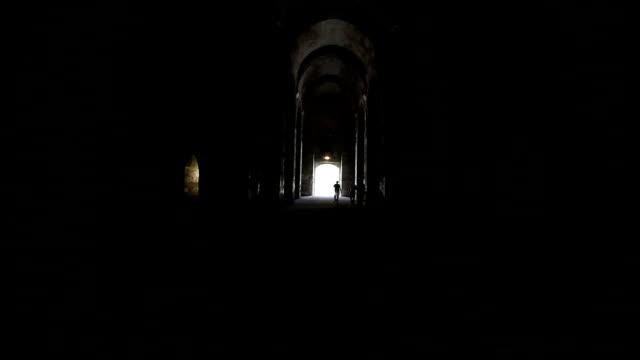 silouette människor gående mot exit i mörk gränd - minskande perspektiv bildbanksvideor och videomaterial från bakom kulisserna