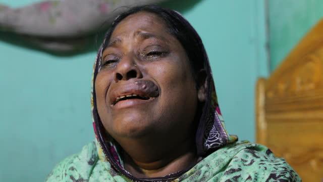 vídeos y material grabado en eventos de stock de silpi begum worked for ids group - fashion forum ltd as a sewing operator, speeches inside her rented room in dhaka, bangladesh on april 22, 2021.... - modo de vida no saludable