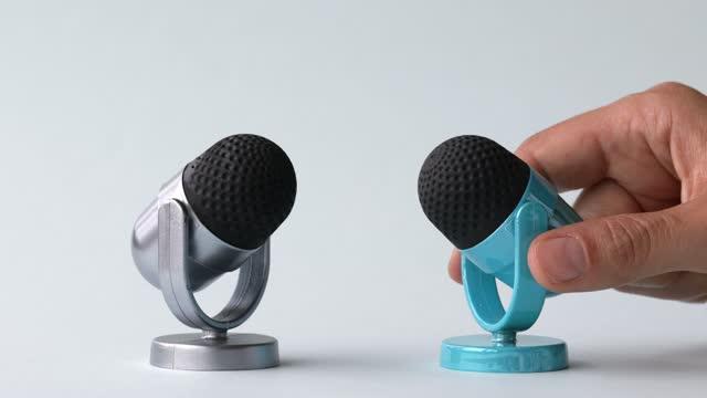 stockvideo's en b-roll-footage met zilveren en blauwe microfoon op witte achtergrond - media interview