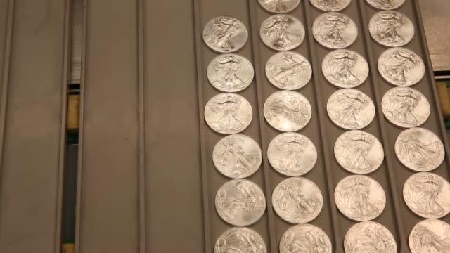 vidéos et rushes de silver and gold coin manufacturing, us mint, gold bars us mint silver & gold coin production on june 06, 2013 in west point, ny - hôtel de la monnaie
