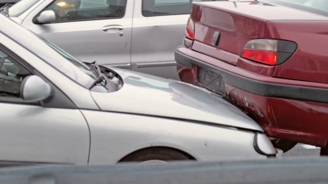 vídeos de stock e filmes b-roll de slo mo silver car hitting a red car from behind - impacto