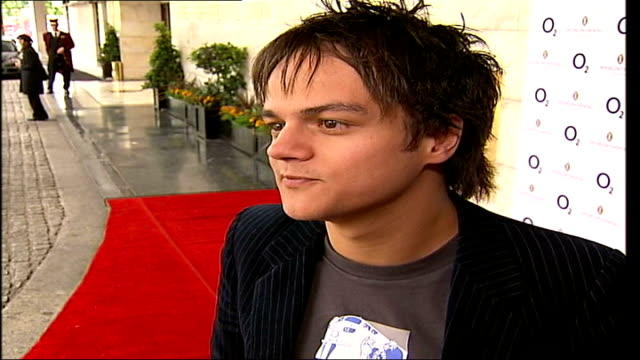 silver clef awards ceremony; itn england: london: ext music overlay slow motion jamie cullum along with others ends jamie cullum interview sot -... - jamie cullum stock videos & royalty-free footage