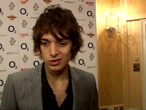 vídeos y material grabado en eventos de stock de silver clef awards luncheon 2007 paolo nutini interview sot talks about what he's wearing / best newcomer accolade couldn't believe it when i heard /... - snow patrol