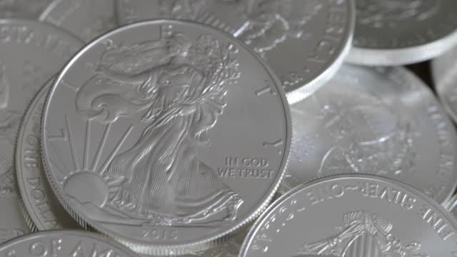 vídeos de stock e filmes b-roll de silver eagle coins - 4k - cor prateada
