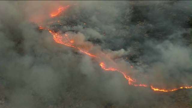 """silver fire"" in california grows to 10,000 acres - waldbrand stock-videos und b-roll-filmmaterial"