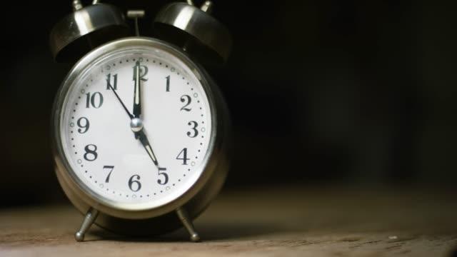 en silverfärgad, metal, retro-stil, analog väckar klocka på 5:00 - tidur bildbanksvideor och videomaterial från bakom kulisserna