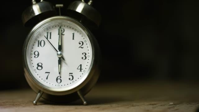 vidéos et rushes de un réveil analogique de couleur argentée, métal, rétro-style, à 6:00 - number 6