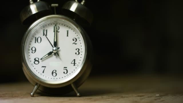 vídeos de stock, filmes e b-roll de a silver-colored, metal, retro-estilo, analógico relógio despertador em 8:00 - cromo metal