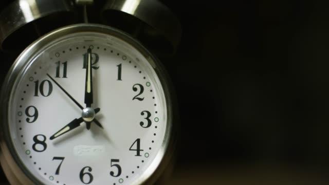 en silverfärgad, metal, retro-stil, analog väckar klocka på 8:00 - number 8 bildbanksvideor och videomaterial från bakom kulisserna