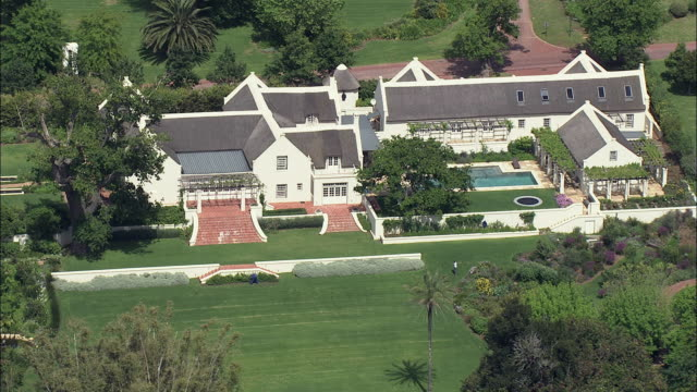 stockvideo's en b-roll-footage met aerial silverhurst - cape dutch traditional house with swimming pool in garden, constantia, cape town, western cape, south africa  - tuinpad