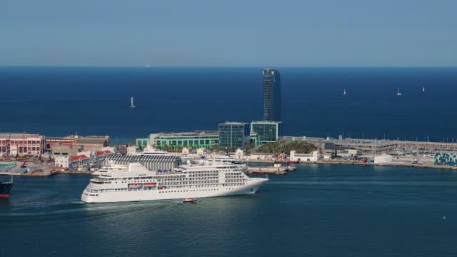 vídeos de stock e filmes b-roll de silversea cruise liner leaving port of barcelona, barcelona, spain - porto de barcelona