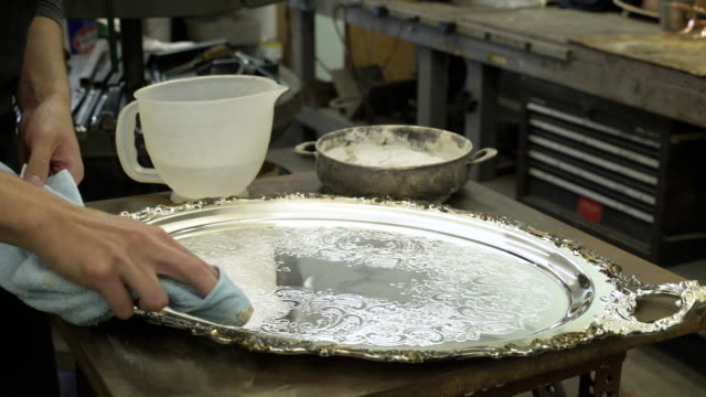 silversmith decorating a salver - 盆点の映像素材/bロール